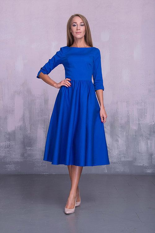 Яркое платье миди с разрезами на рукавах